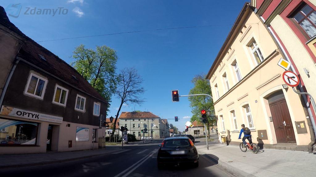 Jaki odstęp od poprzedzającego pojazdu musisz utrzymać stojąc przed skrzyżowaniem i czekając na sygnał zielony?
